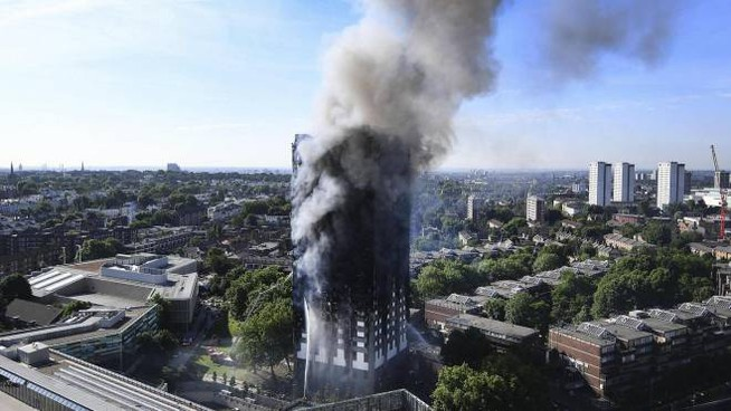 Grenfell Tower, il palazzo in fiamme nel centro di Londra (Ansa)