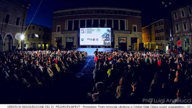 la piazza del popolo di Pesaro gremita per i film all'aperto della sera