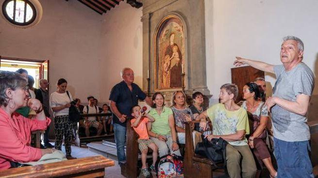 Visitatori a Barbiana nella domenica precedente l'arrivo del Papa (Fotocronache Germogli)