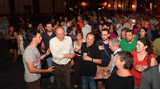 Tambellini festeggia con i suoi sostenitori la riconferma a sindaco