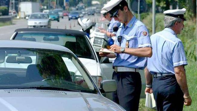 Raffica di controlli della polizia municipale in città e sul litorale