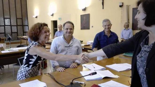 La sindaca Stefania Bonaldi accanto al presidente della commissione elettorale Giovanni Palumbo