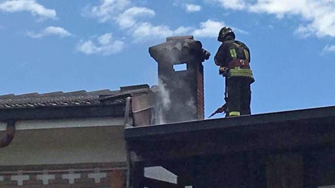 I vigili del fuoco sul tetto