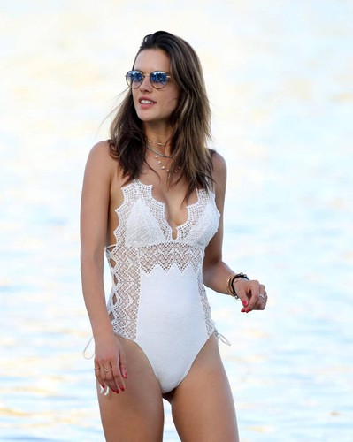 4dcd2350be1e Alessandra Ambrosio incanta a Mykonos con il costume di Ermanno Scervino