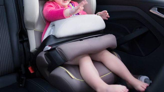 Una bimba sul seggiolino in auto (foto repertorio)