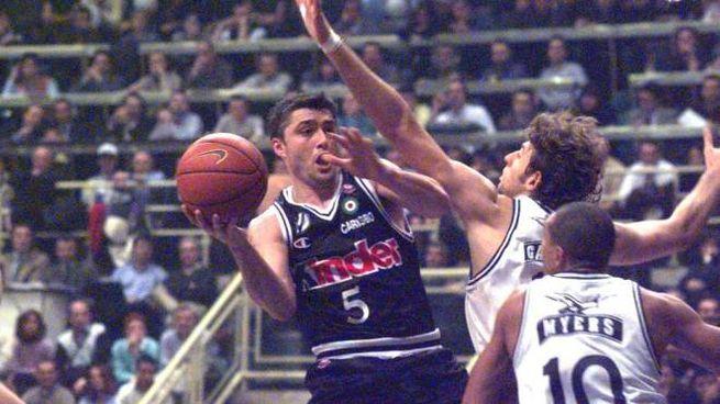 Sasha e Myers in uno dei loro mitici duelli sotto canestro: questa era la Basket City