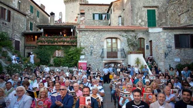 Il pubblico del festival in piazza Magenta