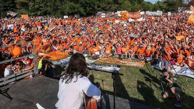 Povia canta davanti al popolo 'free vax' (Foto Print)