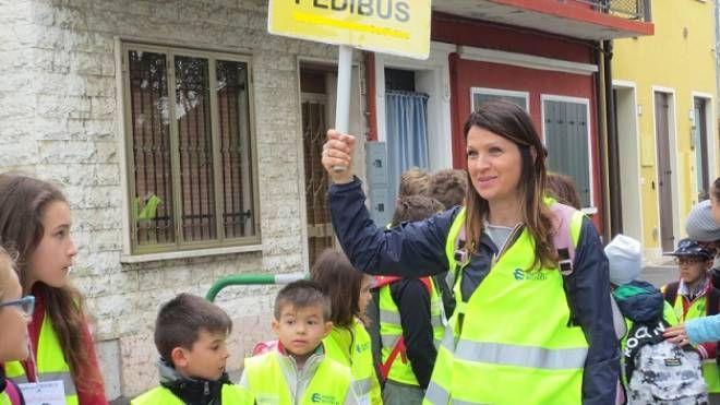 """Un gruppo di alunni delle elementari mentre partecipano all'iniziativa """"Pedibus"""""""