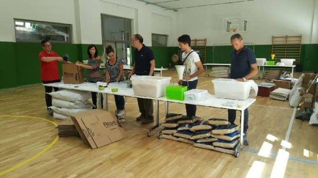 Alcuni dipendenti Menarini mentre preparano i pasti