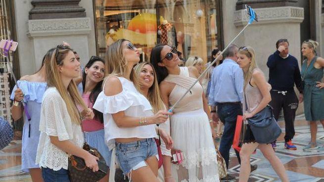 Turiste si scattano una foto in Galleria Vittorio Emanuele (NewPress)