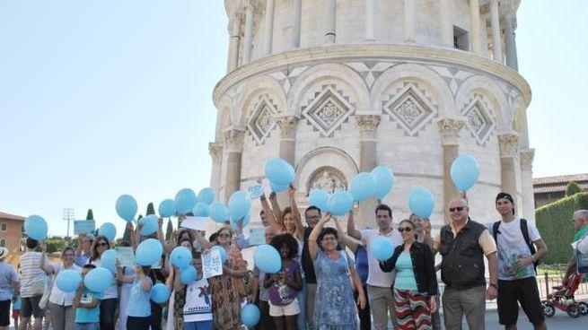 I palloncini blu sotto la torre per  Charlie Gard