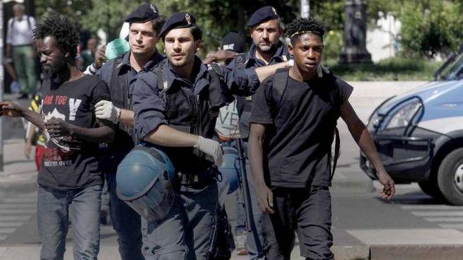 I controlli delle forze dell'ordine sui migranti (LaPresse)