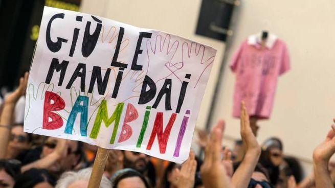 Un cartellone della protesta no-vax andata in scena a Roma (Imagoeconomia)