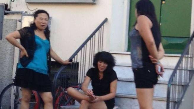 Alcune prostitute cinesi in via Sant'Antonio. Da anni i residenti combattono la battaglia per allontanarle foto Attalmi