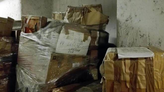 Immondizia e vecchi scatoloni nei sotterranei del Palazzo di Giustizia di Milano (Ansa)