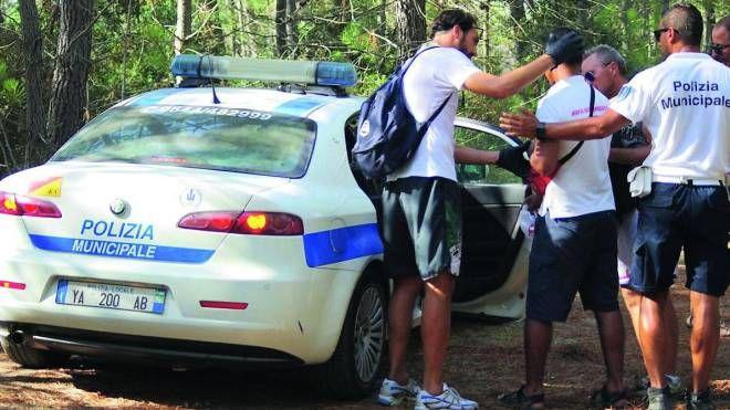 Gli agenti della polizia municipale in azione  in pineta per debellare il fenomeno dei guardoni