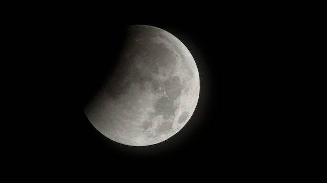 Un'eclissi parziale di Luna (Ansa)