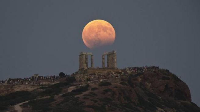L'eclissi lunare 2017 vista dalla Grecia (Ansa)