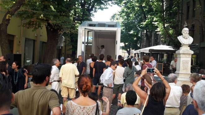 Folla di visitatori per scoprire Avoid, la casa trasportabile che occupa solo nove metri quadrati