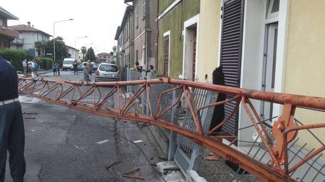 La gru caduta in via Pelacano