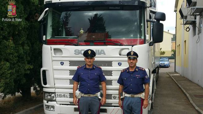 I poliziotti della Stradale e il tir sequestrato