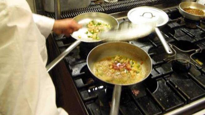 Un cuoco al lavoro