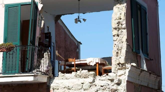 Ischia, una casa sventrata dal terremoto dell'agosto 2017 (Afp)