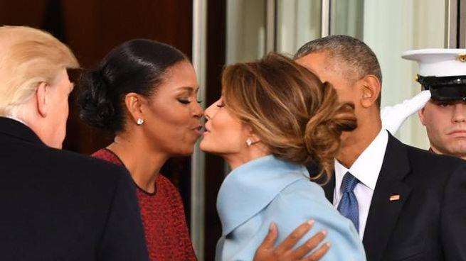 Michelle Obama bacia Melania Trump (Ansa)