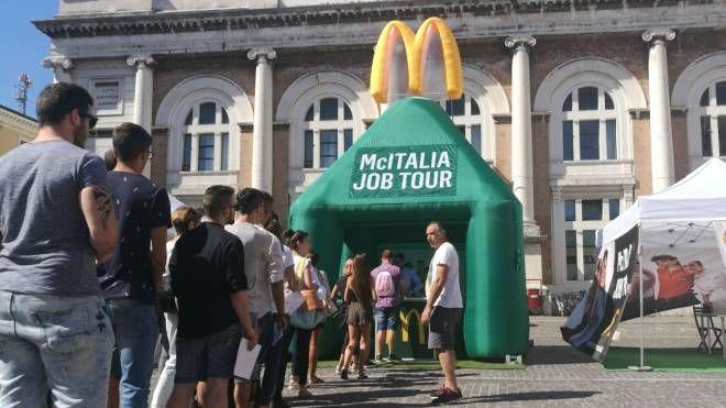 La fila per le selezioni del personale per il McDonald's di Pesaro