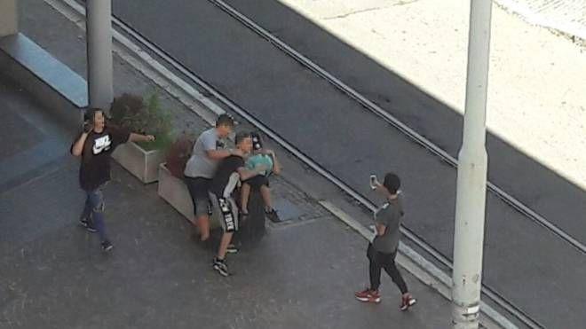 Il ragazzo è stato spinto dai coetanei in un cestino