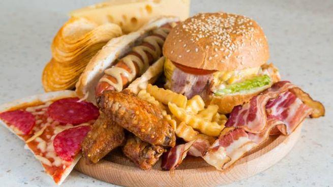 I cibi da evitare se si ha il colesterolo alto - Foto: iStock