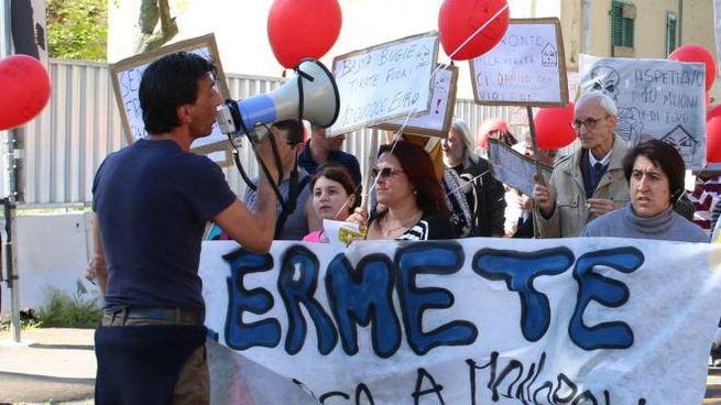 Una manifestazione a Sant'Ermete per le case (foto Valtriani)