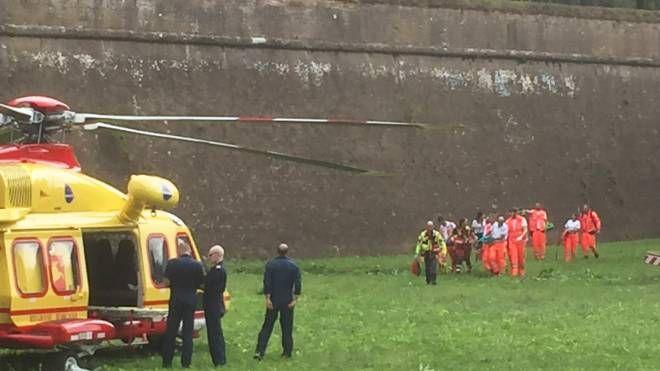 I soccorsi al bambino caduto dalle Mura di Lucca il 21 agosto (Alcide)