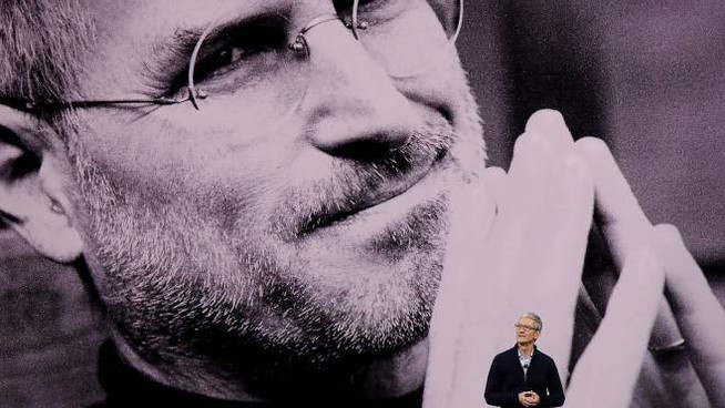 Tim Cook presenta il nuovo iPhone (Afp)