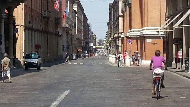 In bicicletta in via Indipendenza (Foto Dire)