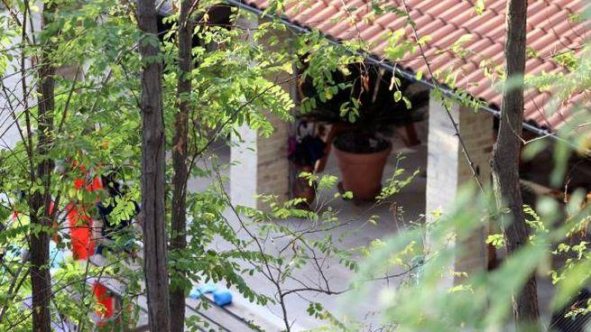 Ambulanza e carabinieri all'esterno dell'abitazione