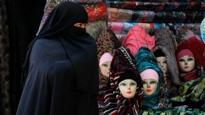 Una donna col burqa (Ansa)