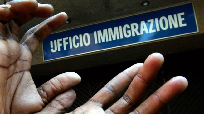Milano, vendeva permessi di soggiorno falsi: arrestato ...