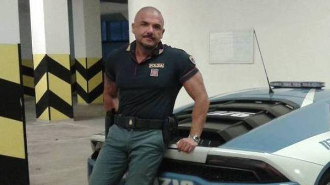 Stefano Giglio, arrestato ieri mattina dai carabinieri, davanti a un'auto della polizia