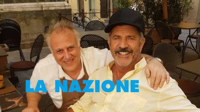Mel Gibson alla Bottegaia con uno dei titolari (FotoCastellani)