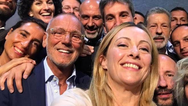 Sergio Pirozzi, sindaco di Amatrice con Giorgia Meloni alla convention di FdI (Ansa)