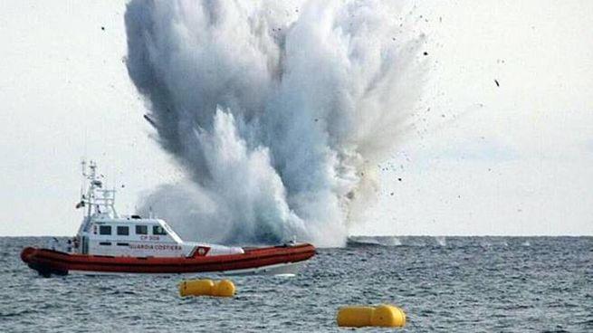 Terracina, Eurofighter precipita in mare. Il momento dell'impatto (Ansa)