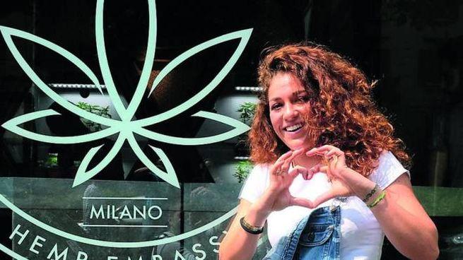 SORRISI Clienti e titolari del negozio di Milano che offre cannabis Le vetrine su viale Tibaldi