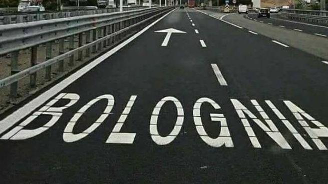 La scritta sulla carreggiata Sud della tangeziale di Milano, a poca distanza dal casello di Melgnano dell'A1
