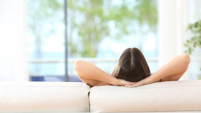Un po' di tempo per te sul divano, per rinascere - foto Antonio Guillem Istock