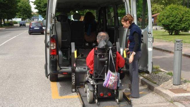 Un disabile in carrozzina sale su un pulmino