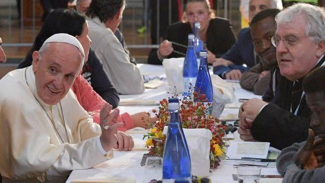Il pranzo del Papa con detenuti e indigenti in San Petronio