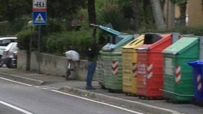 Alla base della richiesta, la foto virale di un migrante che fruga tra i rifiuti