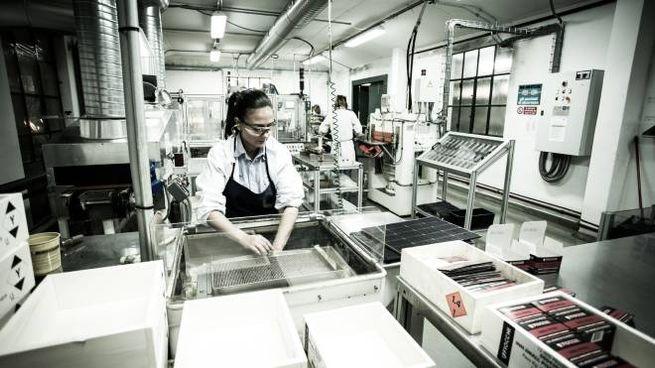 Una dipendente durante una fase della produzione